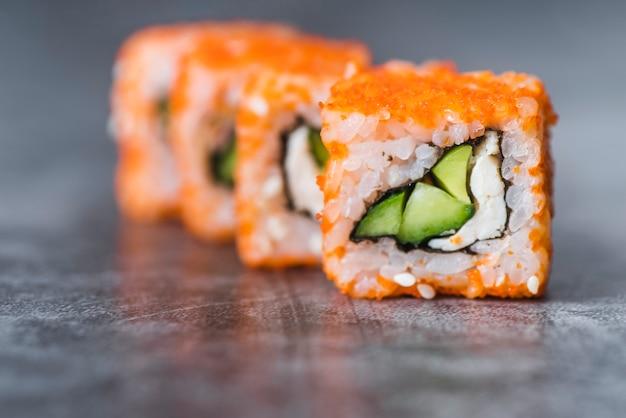 Toma de primer plano de rollos de sushi dispuestos