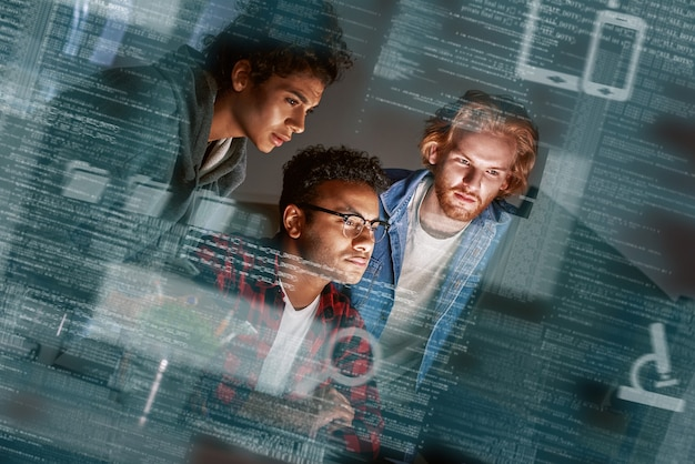 Toma recortada de jóvenes programadores que trabajan horas extra y discuten el código de la aplicación