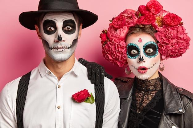 Toma recortada de mujer y hombre aterrorizados conmocionados usan disfraces de vampiro