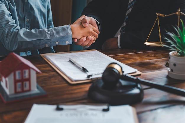 Tomados de la mano después de hacer un acuerdo