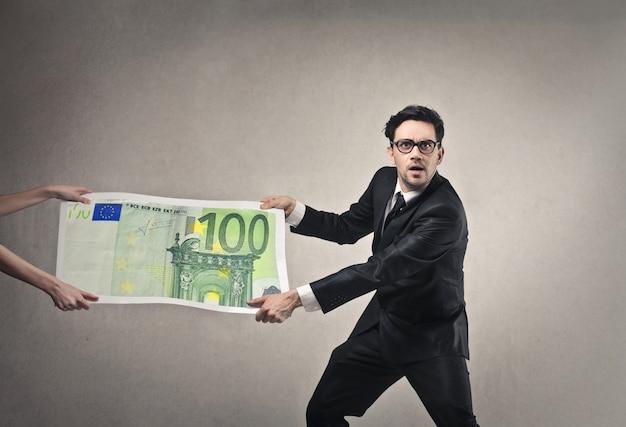 Tomando dinero en los negocios