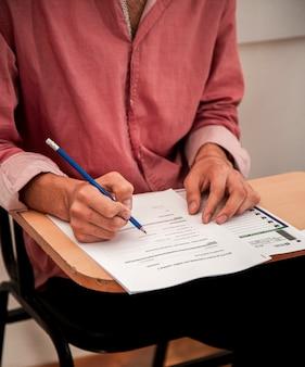 Tomando el examen o el formulario de solicitud de empleo rellenado por una candidata