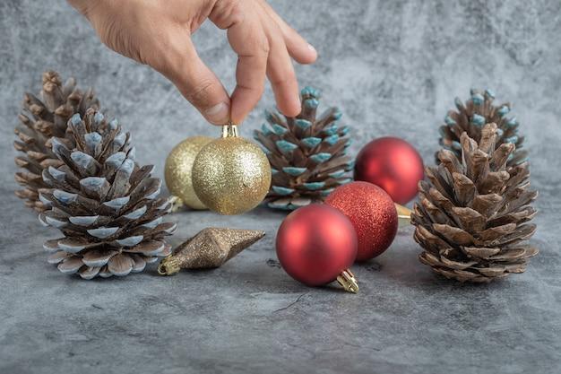 Tomando una figura del stock de adornos navideños