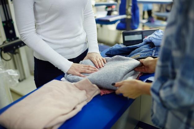 Tomando el jersey de la limpieza en seco