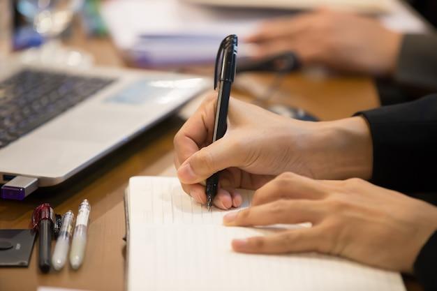 Tomando notas durante las reuniones oficiales.