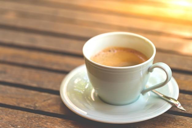 Tomar café en vacaciones, copia espacio.