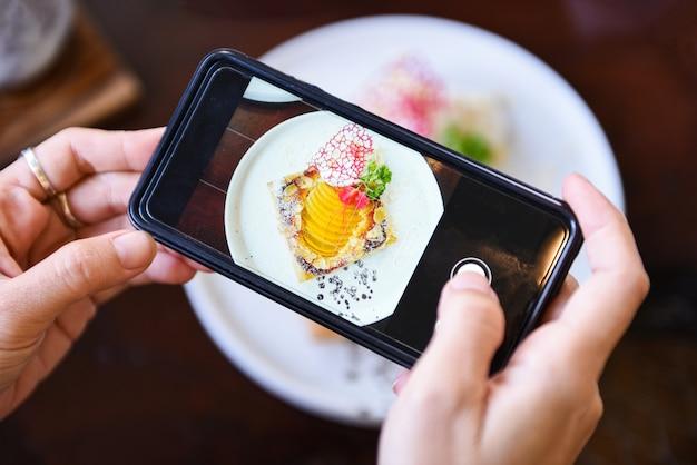 Tomar una foto de comida en el restaurante