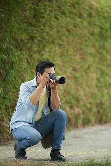 Tomar fotos de la naturaleza.