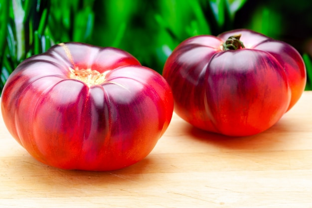 Tomate mar azul (marazul). es una nueva y deliciosa variedad de tomate de delicados tonos azules, morados y rosados de sabor más afrutado, jugoso y con aroma a ciruela y tomate verde.