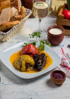 Tomate, pimiento verde y berenjenas rellenas de carne y arroz, verduras en salsa de aceite, dolma.
