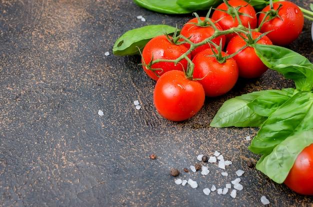Tomates, albahaca y especias de pimienta