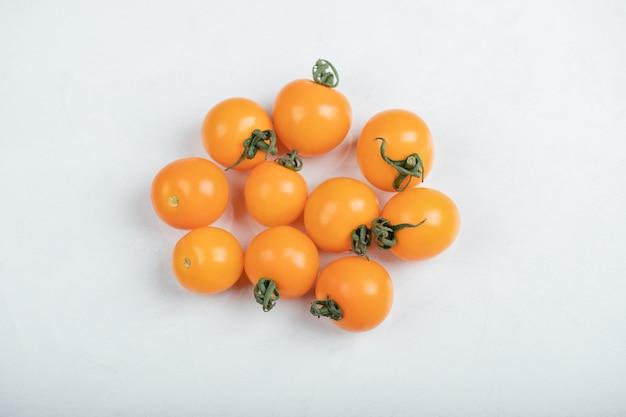 Tomates cherry amarillos orgánicos crudos listos para comer. foto de alta calidad