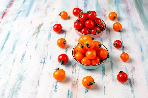 Tomates cherry amarillos y rojos.