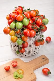 Tomates cherry en cesta en madera