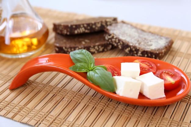 Tomates cherry frescos y queso en la mesa.