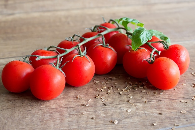 Tomates cherry frescos sobre un fondo de madera