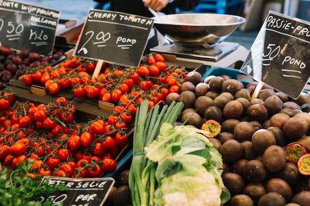 Tomates cherry; frutas de la pasión en el mercado de la granja.