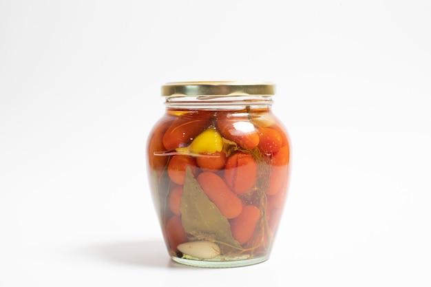 Tomates cherry marinados en un frasco de vidrio