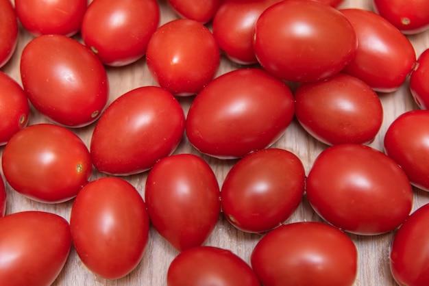 Tomates cherry en la mesa