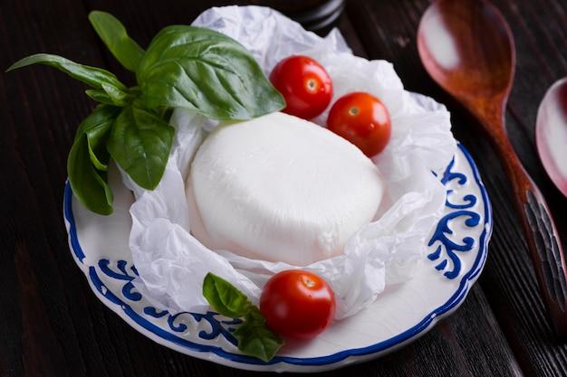 Tomates cherry y mozzarella en un plato