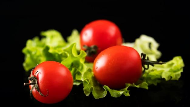 Tomates cherry en un negro. verduras en un negro