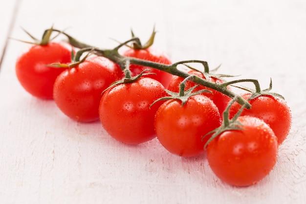 Tomates cherry en una rama