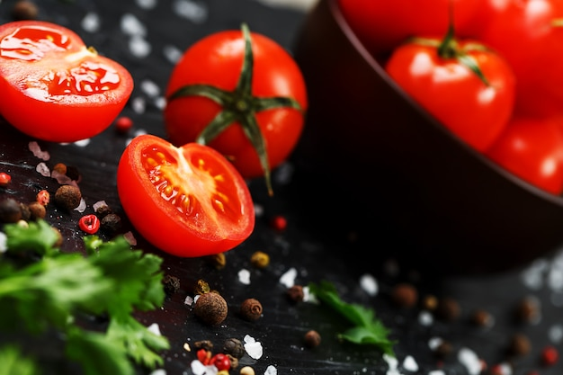 Tomates cherry en rodajas frescas con especias, sal gruesa y hierbas
