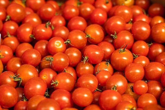 Tomates cherry rojos brillantes deliciosos.