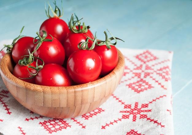 Tomates cherry rojos maduros en un tazón