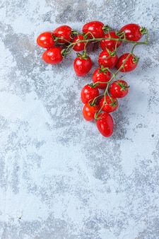 Tomates cherry sobre blanco