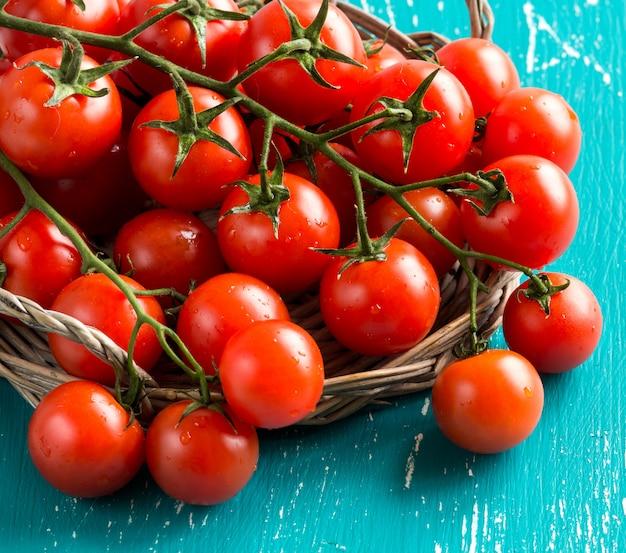 Tomates cherry sobre fondo turquesa