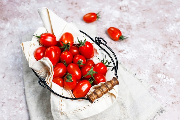Tomates cherry de varios colores, tomates cherry amarillos y rojos sobre fondo claro