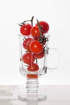 Tomates cherry en vaso de vidrio