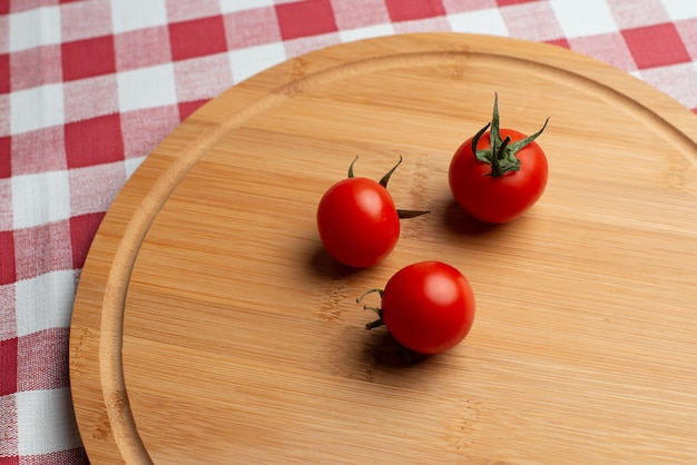 Tomates en el círculo de madera