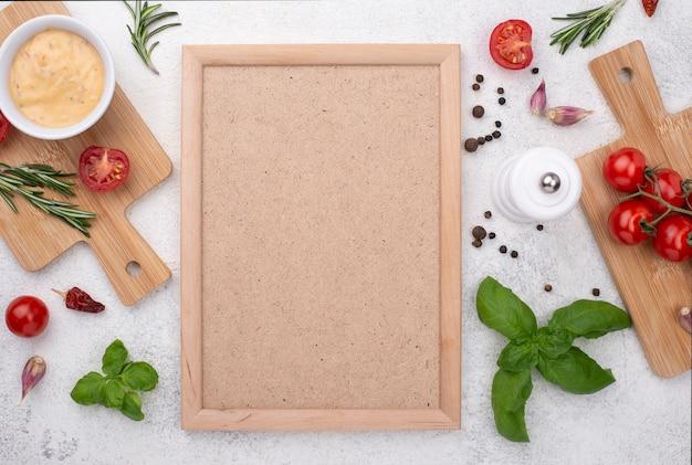 Tomates e ingredientes sobre fondo de madera.