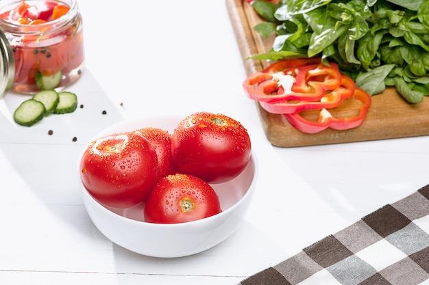 Tomates enlatados y tomate fresco