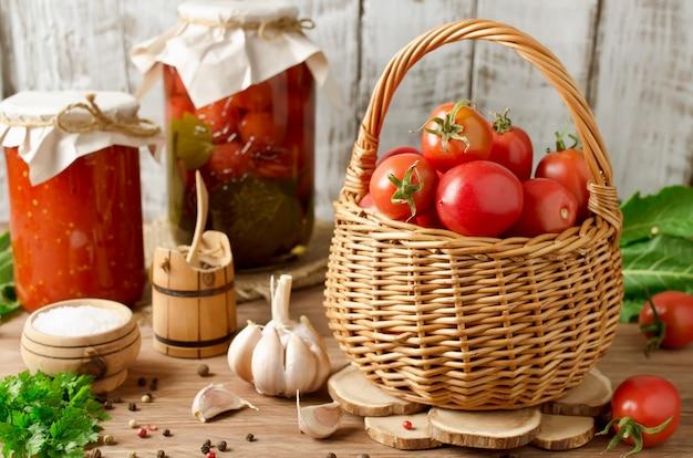 Tomates frescos en una canasta