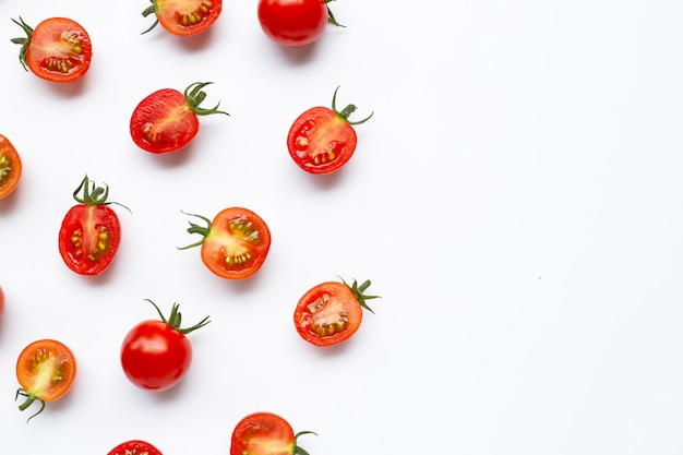 Tomates frescos, entero y medio corte aislado sobre fondo blanco.