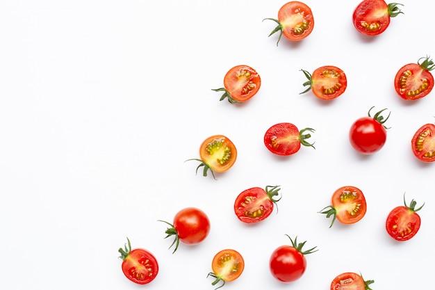 Tomates frescos, enteros y medio corte aislados en blanco