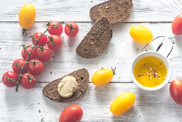 Tomates frescos con rebanadas de pan de centeno oscuro