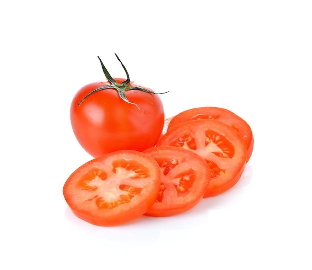 Tomates maduros frescos en la pared blanca