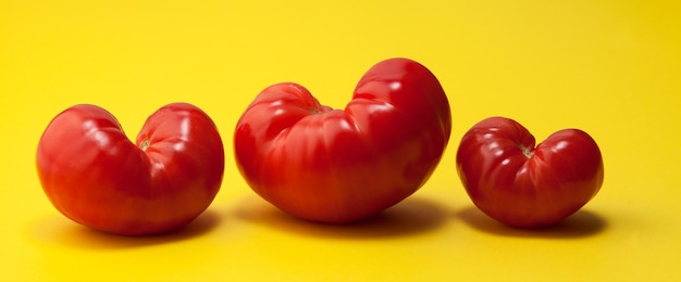 Tomates orgánicos feos de moda en forma de corazones