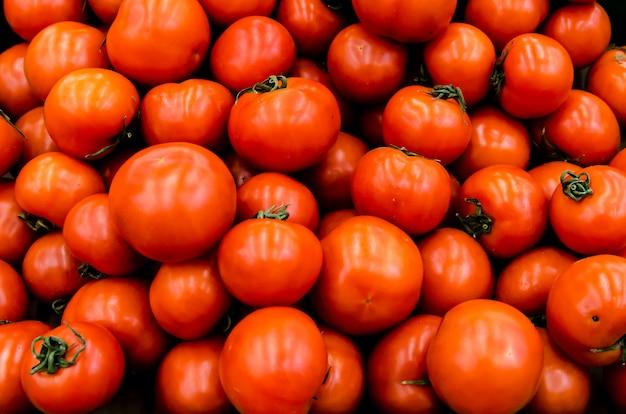 Tomates orgánicos frescos vendidos en el mercado