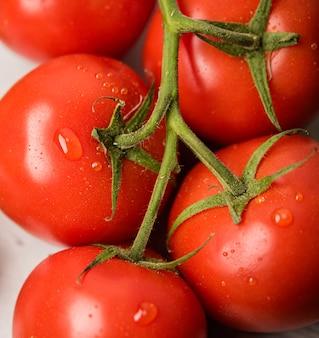 Tomates de primer plano con gotas de agua