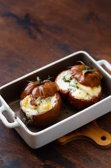 Tomates rellenos con crema de queso, requesón y albahaca