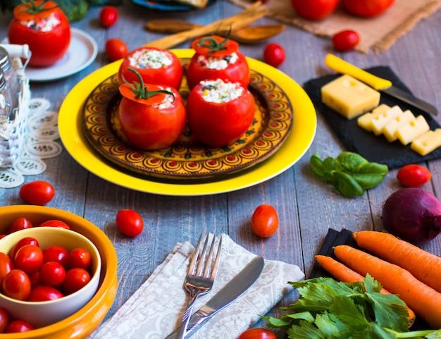 Tomates rellenos con queso y diferentes verduras.