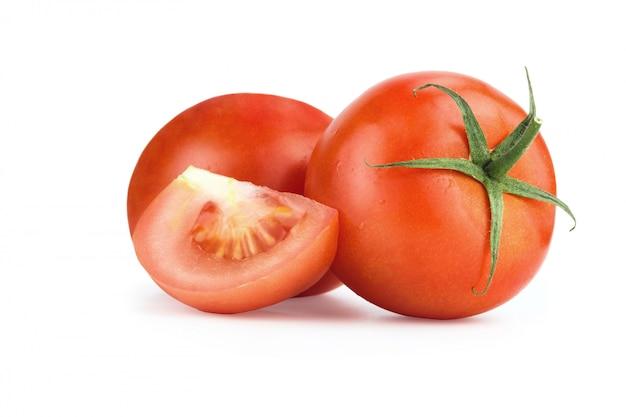 Tomates rojos aislados en blanco