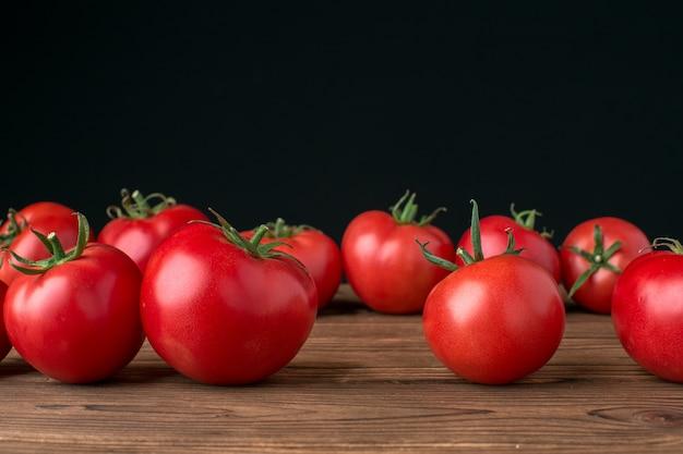 Tomates sobre fondo de madera
