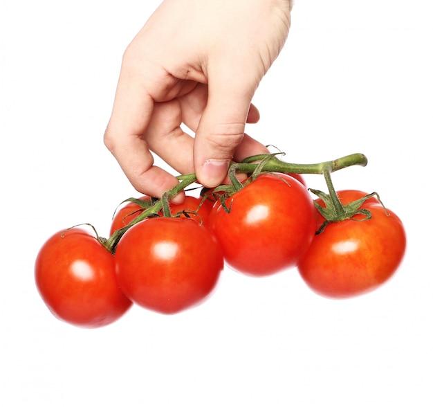 Tomates sobre superficie blanca