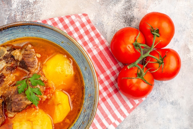 Tomates de toalla de cocina de sopa bozbash casera vista superior sobre fondo desnudo